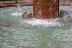 Foto da exposição curto das gotas de uma fonte em Kotka, Finlandia em um dia do outono foto de stock