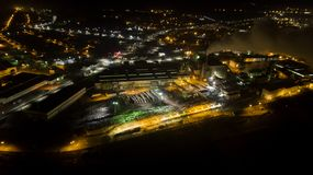 Foto da fábrica de processamento da madeira da noite do zangão fotografia de stock royalty free