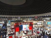 Foto da feira de livro em Belgrado com lotes dos povos e dos suportes fotografia de stock royalty free