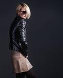 Foto da forma da jovem mulher à moda no olhar de couro Fotos de Stock Royalty Free
