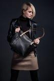 Foto da forma da jovem mulher à moda no olhar de couro Fotografia de Stock Royalty Free