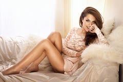 Foto da forma da jovem mulher bonita no vestido do laço, sorrindo Imagem de Stock Royalty Free