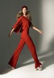 Foto da forma da jovem mulher que veste o terno vermelho Imagem de Stock Royalty Free