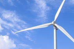 Foto da instalação das energias eólicas no dia ensolarado Imagens de Stock