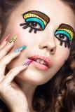 Foto da jovem mulher surpreendida com composição do pop art e tratamento de mãos cômicos profissionais do projeto Estilo criativo Foto de Stock