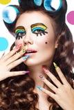 Foto da jovem mulher surpreendida com composição do pop art e tratamento de mãos cômicos profissionais do projeto Estilo criativo imagens de stock royalty free