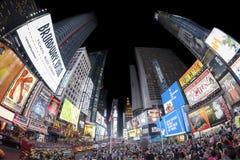 A foto da lente de Fisheye dos Times Square aglomerou-se com os turistas na noite Fotografia de Stock Royalty Free