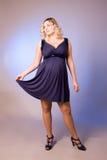 Foto da matriz expectante em uma obscuridade - vestido azul Fotos de Stock Royalty Free