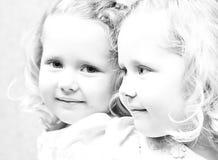 Foto da menina bonita pequena que olha no mirro Imagens de Stock