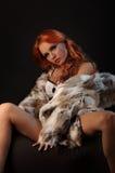 A foto da menina bonita sexual está no estilo da forma, roupa interior, casaco de pele Imagens de Stock