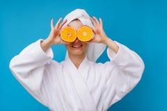 Foto da menina loura feliz com a laranja no olho fotografia de stock royalty free