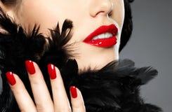 Foto da mulher com os pregos e os bordos vermelhos da forma fotos de stock royalty free