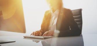 Foto da mulher de negócios que trabalha na tabela no escritório moderno, vazio Fundo branco, largamente fotos de stock