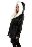 Foto da mulher de sorriso no casaco de pele Fotografia de Stock Royalty Free