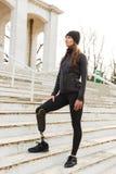 Foto da mulher deficiente caucasiano no sportswear com protético fotografia de stock