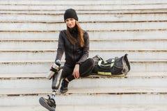 Foto da mulher deficiente de sorriso no sportswear com protético imagens de stock