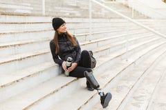 Foto da mulher deficiente feliz no sportswear preto com prosth fotografia de stock