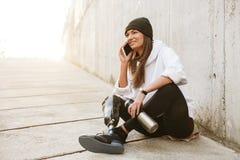 Foto da mulher deficiente feliz no vestuário desportivo que tem o le biônico fotos de stock royalty free