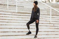 Foto da mulher deficiente saudável no sportswear com prótese le foto de stock