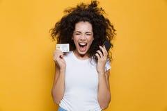 Foto da mulher emocional 20s que grita ao guardar o phon móvel imagens de stock