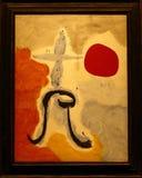 Foto da mulher original famosa do ` da pintura na frente do ` de Sun por Joan Miro imagem de stock
