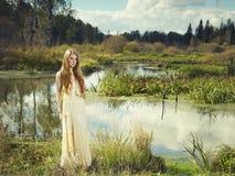 Foto da mulher romântica na floresta feericamente imagem de stock royalty free
