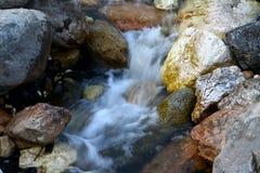 Foto da natureza - rio da montanha da água de mola disparado com exposição longa e o Stony Creek fantástico em Cáucaso norte imagens de stock