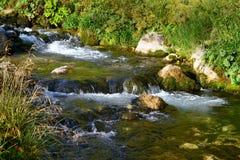 Foto da natureza - rio da montanha da água de mola e o Stony Creek fantástico em Cáucaso norte foto de stock