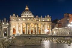 Foto da noite basílica do ` s do Vaticano e do St Peter em Roma, Itália imagens de stock royalty free