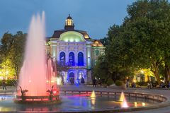 Foto da noite da câmara municipal em Plovdiv, Bulgária fotografia de stock