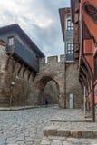 Foto da noite da casa velha e entrada antiga da fortaleza da cidade velha da cidade de Plovdiv Fotos de Stock