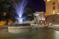 Foto da noite da fonte na frente da construção da presidência em Sófia, Bulgária Fotografia de Stock