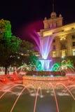 Foto da noite da fonte na frente da construção da presidência em Sófia, Bulgária Fotos de Stock