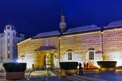 Foto da noite da mesquita de Dzhumaya e rua central da cidade de Plovdiv, Bulgária Foto de Stock