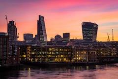 Foto da noite da silhueta de Londres, escritórios pelo Thames River Foto de Stock Royalty Free