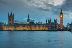 Foto da noite das casas do parlamento com Big Ben da ponte de Westminster, Londres, Inglaterra, grande B imagens de stock