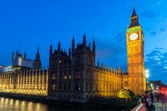 Foto da noite das casas do parlamento com Big Ben da ponte de Westminster, Londres, Inglaterra, grande B imagem de stock royalty free