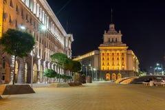 Foto da noite das construções do Conselho de Ministros e da antiga casa do partido comunista em Sófia, Bulga Imagens de Stock