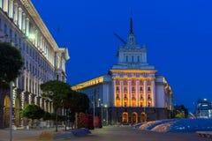 Foto da noite das construções do Conselho de Ministros e da antiga casa do partido comunista em Sófia, Bulga Fotografia de Stock