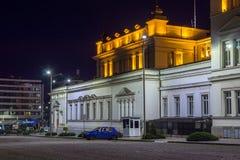 Foto da noite do conjunto nacional na cidade de Sófia, Bulgária fotos de stock