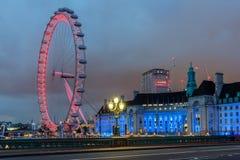 Foto da noite do olho de Londres e do condado salão da ponte de Westminster, Londres, Inglaterra, grande Británico foto de stock