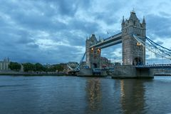 Foto da noite da ponte da torre em Londres, Inglaterra, Grâ Bretanha imagem de stock