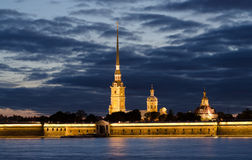 Foto da noite Rio de Neva Fortaleza de Peter e de Paul, St Petersburg, Rússia Fotos de Stock Royalty Free