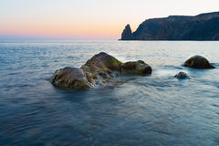 Foto da paisagem das rochas no mar Fotos de Stock Royalty Free