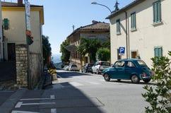 Foto da rua de Castellina no Chianti em Itália imagens de stock