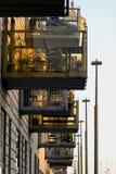 Foto da rua de uma construção com balcões imagens de stock royalty free