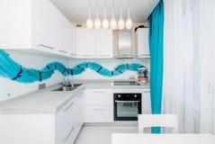 Foto da sala clara da cozinha fotos de stock royalty free