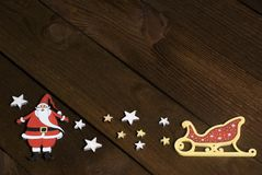 Foto da Santa de madeira e estrelas no fundo de madeira escuro fotos de stock
