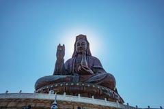 Foto da silhueta de Guanyin buddha ou 'deusa estátua da mercê 'sobre a montanha de Xiqiao fotografia de stock royalty free