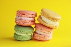 Foto da sobremesa Macarons no backround amarelo Foto do alimento Sobremesa Imagem de Stock